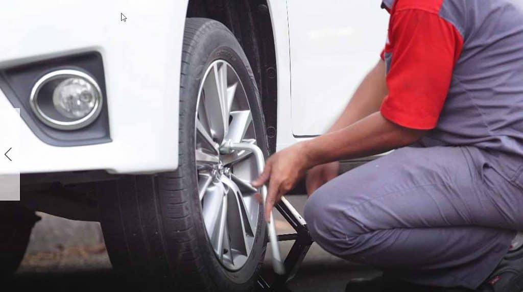 Hướng dẫn thay lốp dự phòng xe 7 chỗ Toyota 1